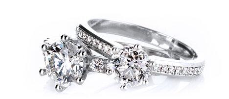 Beispielhafte Abbildung von Verlobungsringen in Platin